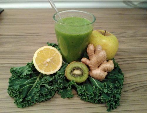 Zumo de kale, kiwi, manzana, limón y jengibre