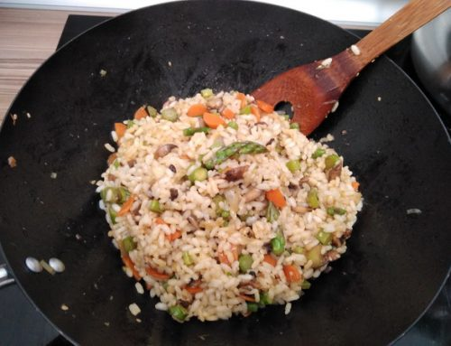 Wok de espárragos, champiñones y arroz