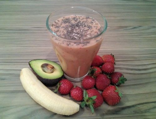 Smoothie de fresas, aguacate y plátano con semillas de chía